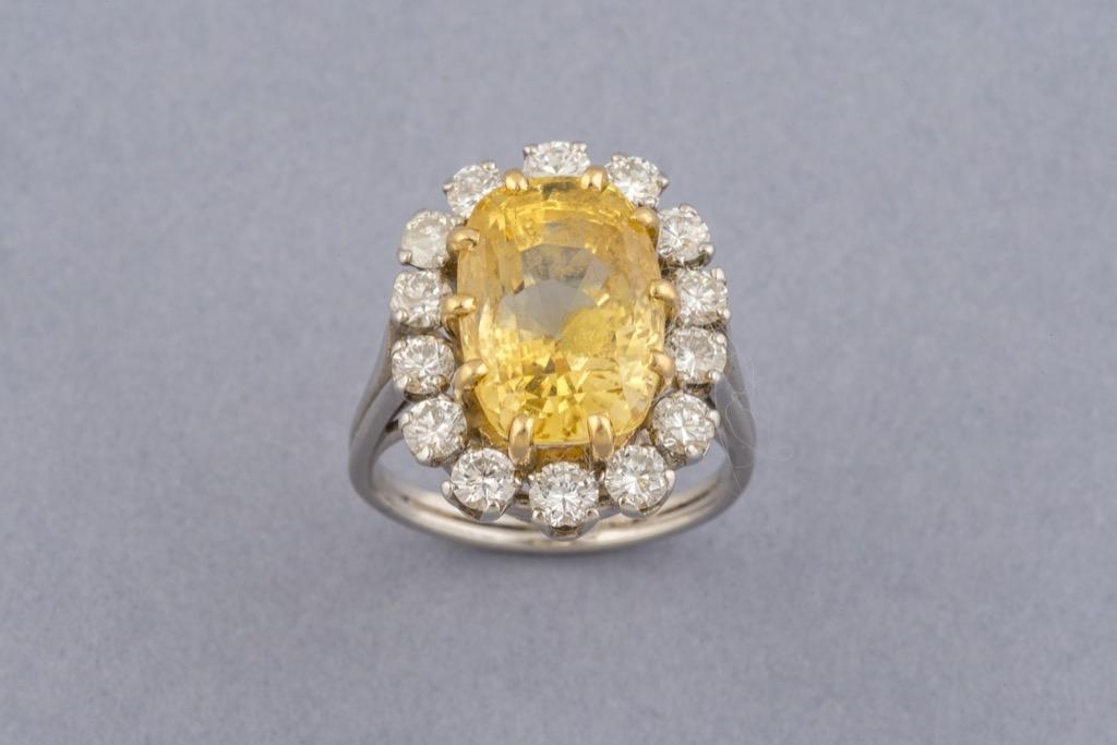 110 Bague en or blanc 18K 750 et platine ornée d'un saphir jaune naturel d'env.10cts et diamants ronds d'env.1,5cts. Poids brut 12g. Adjugé 5050€ 2
