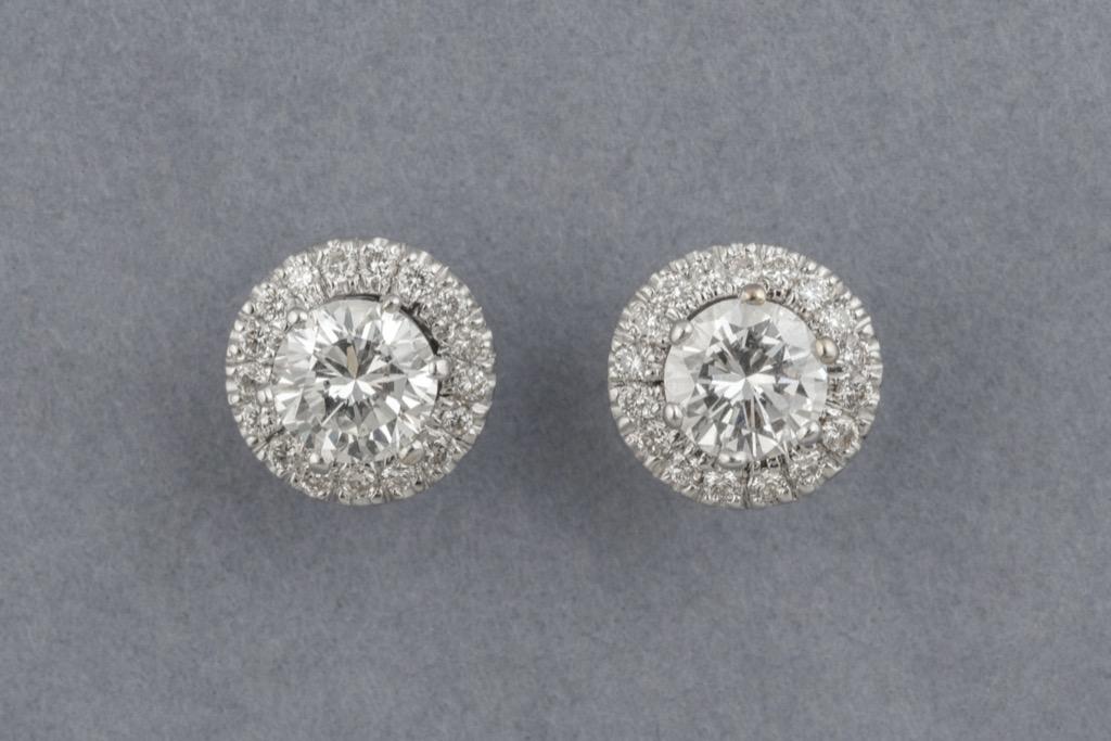 128 Boucles d'oreilles en or blanc 18K 750 serties de diamants pour env.1,55cts. Poids brut 2,6g. Adjugé 2500€ 2