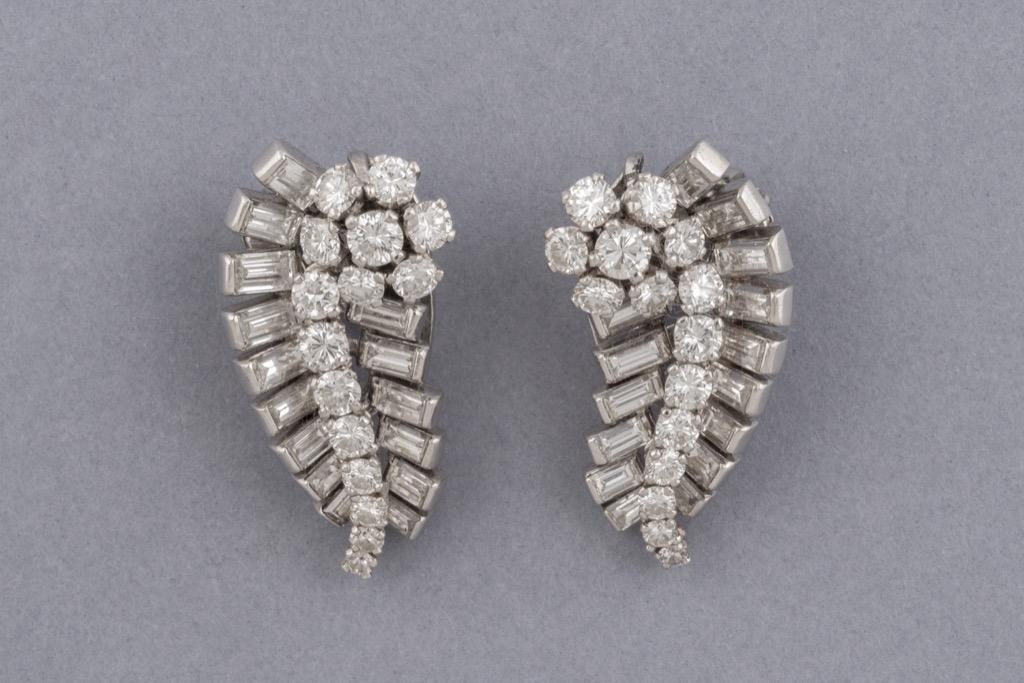 152 Paire de boucles d'oreilles clips retro en or 18K 750 et platine ornée de diamants. Poids brut 18,7g. Adjugé 2500€ 2