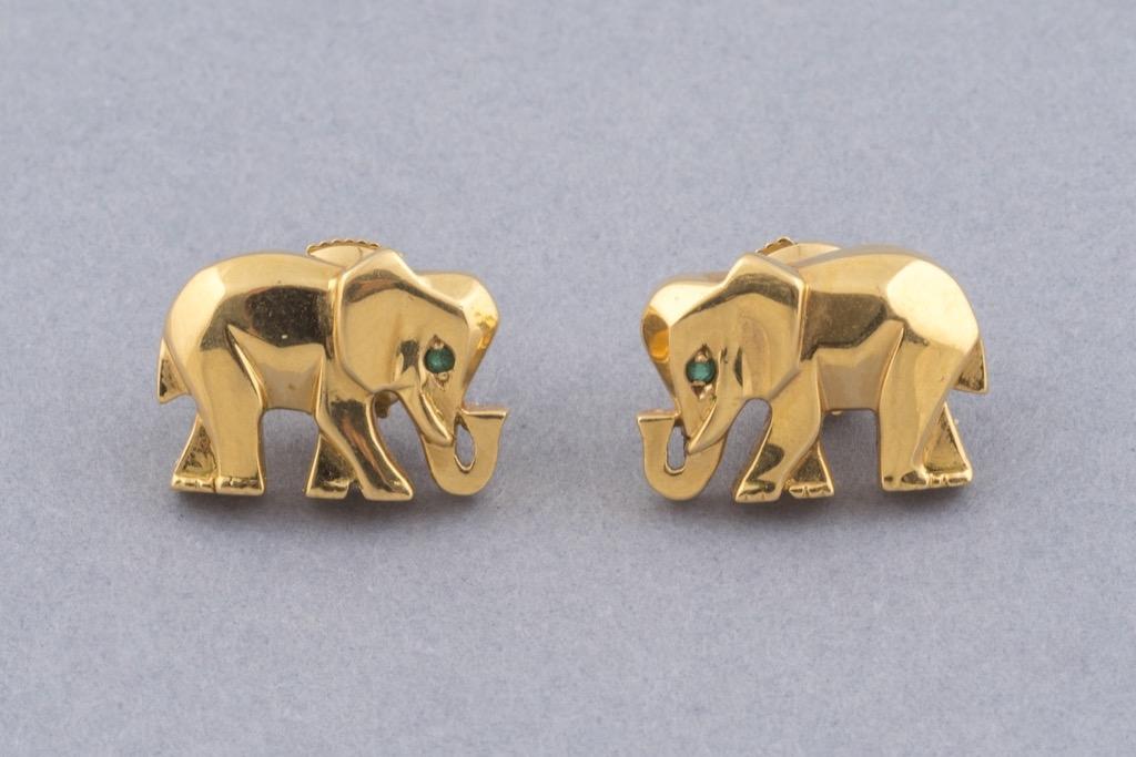 86 CARTIER Boucles d'oreilles en or jaune 18K 750 ornées de petites émeraudes. Poids brut 7.3g. Adjugé 1400€ 2