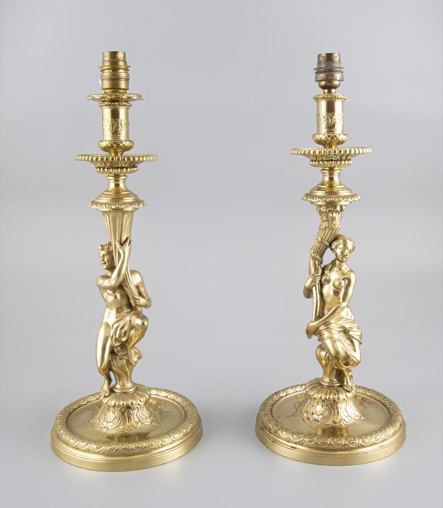 108- Paire de bougeoirs en bronze doré montés en lampe. H38,5cm. Adjugé 900€