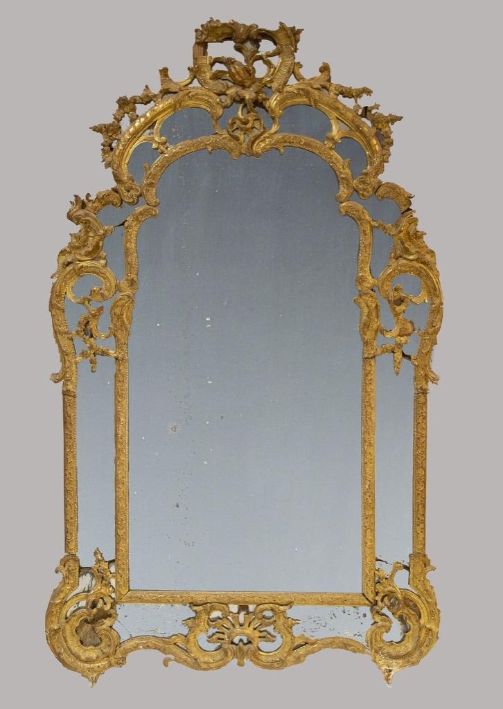 164- Important miroir dans un cadre en bois et stuc doré richement sculpté. Style Louis XV, époque fin XVIIIème. 164x97cm (manques et accidents). Adjugé 2900€