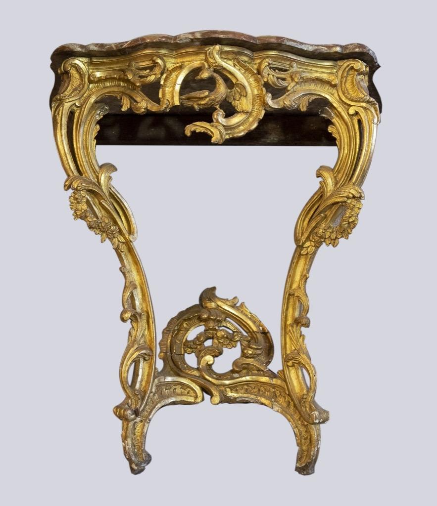 169- Console d'appui en bois et stuc doré orné d'un repertoire Louis XV, dessus de marbre. Epoque XVIIIème. H82cm. Adjugé 1550€