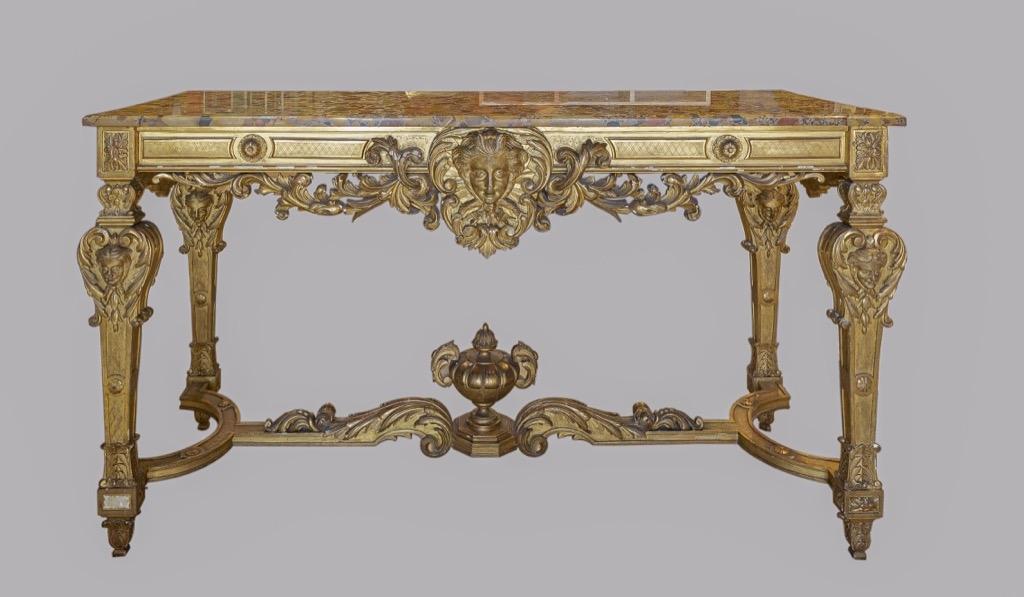 170- Importante console en bois et stuc doré orné d'un repertoire décoratif Louis XIV. Plateau en marbre (accidents et recollage). 167x64x92cm.  Adjugé 3200€