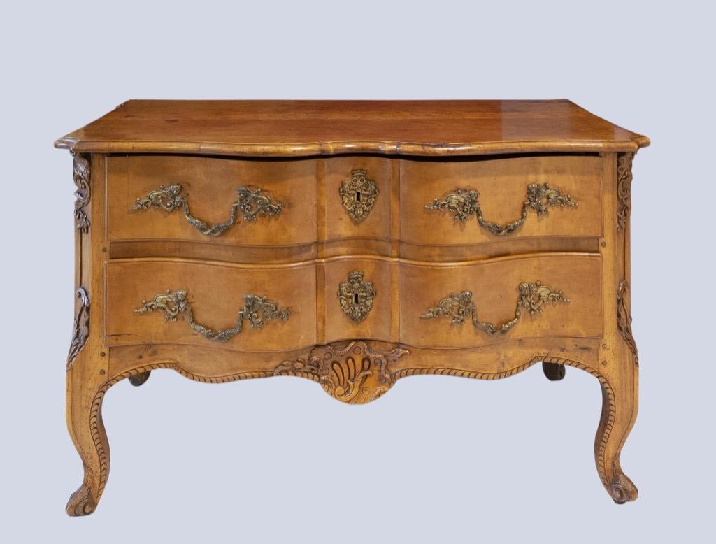 180- Commode sauteuse en bois fruitier ouvrant par 25 tiroirs. Poignées et entrées de serrures en bronze. Epoque XVIIIème. Adjugé 2300€