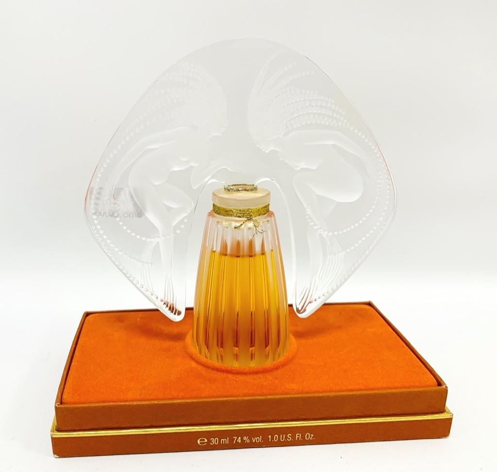 1- LALIQUE Parfum. Flacon en verre soufflé moulé. Adjugé 170€