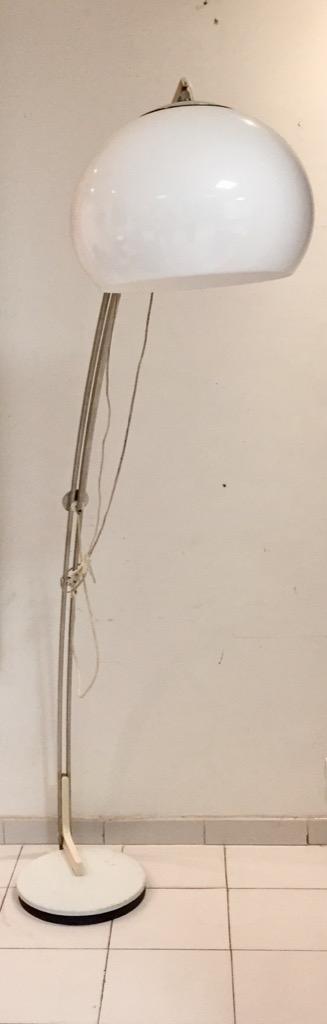 188- Lampadaire Arc à structure métal chromée sur socle en fonte laquée années 1970-80. Adjugé 300€