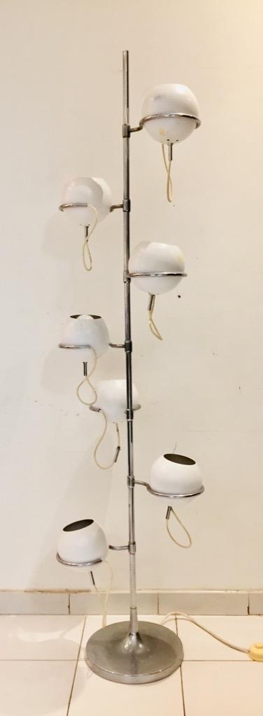 189- Etienne FERMIGIER. Lampadaire à fût central en métal chromé agrémenté de 7 spots en métal laqué blanc. H175cm. Adjugé 400€