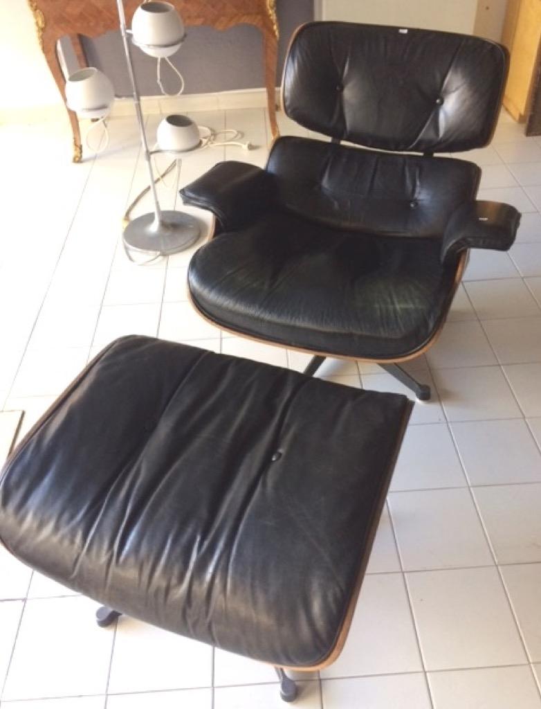 190- Charles & Ray EAMES. Lounge chair et son ottoman en bois et cuir. Edition Herman Miller, Paris. Adjugé 950€