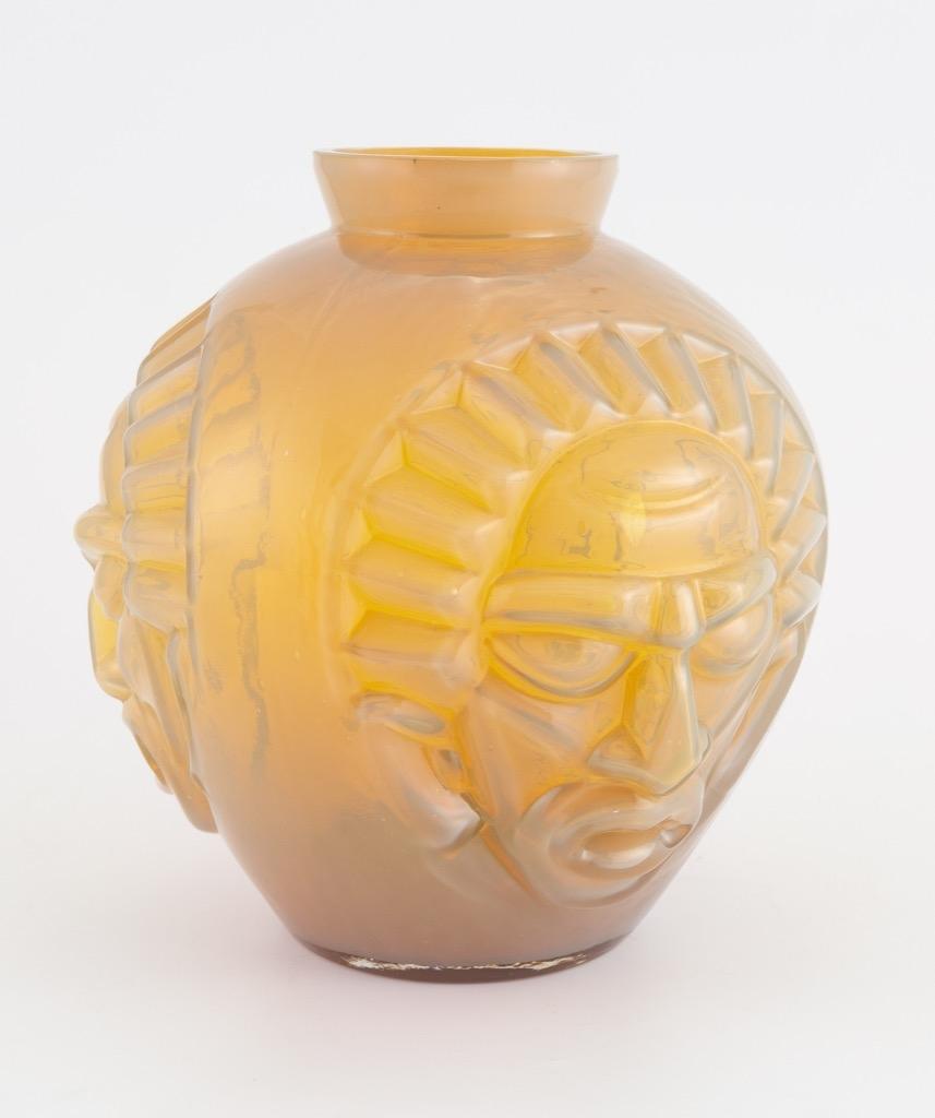 20- David GUERON-DEGUE. Vase de forme boule à col pincé en verre moulé pressé. H25cm. Adjugé 220€