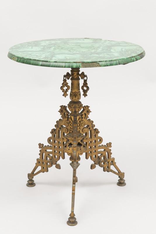 Adjugé 16 974 €-GUERIDON, le plateau en malachite, le piétement en bronze doré travail russe du XIX°, H 52cm diamètre 42cm estimation