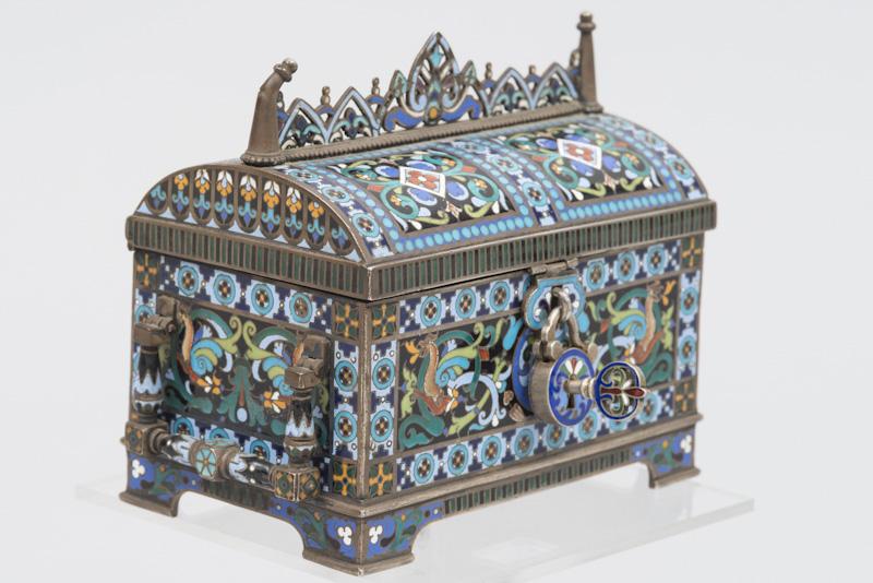 Adjugé 18 450 €-Coffret miniature en argent et émaux champlevés. Poinçon du Maître Orfèvre Paul OVTCHINNIKOV, surmonté du privilège impérial Moscou 88 et daté 1885. Pb 55 g - L 10,3 - La 6,5 - H 9 cm