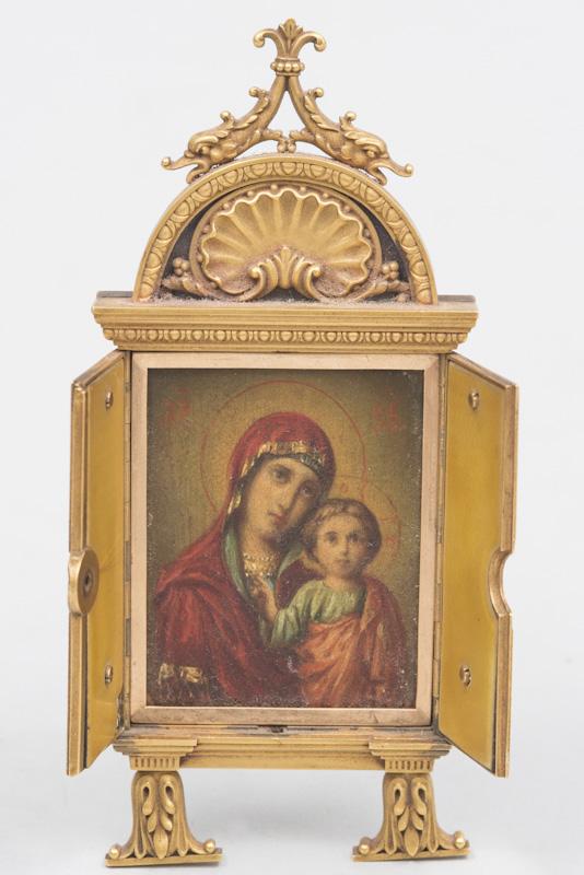 Adjugé 7 380 €-Icône miniature de voyage représentant la vierge de Kazan. Cadre en or. Epoque 1900. Ecrin en cuir au nom de la firme vendeur Snyderman Gallery New York City.H 13,2 cm - La 5,3 cm. estimation