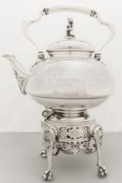 Adjugé 2 460 €-Tiffany & Co : Broadway. Importante FONTAINE à thé en argent à décor gravé de feuillages avec médaillons, chiffrée MPB Poids 2140g H 37cm estimation
