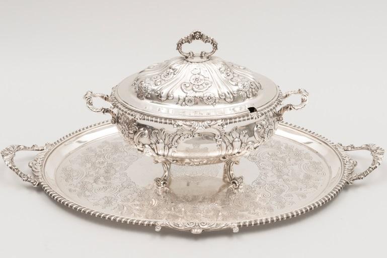 Adjugé 6 150 €-SOUPIERE en argent et son plateau. Armoiries princières. Londres,1896 Poids 9390g
